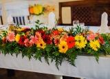 <p>Dekoracja stołu weselnego kwiatami</p>