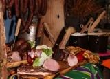 <p><strong>Wiejski stół skomponowany z mięsiw, wędlin, pasztetów i ryb wędzonych w naszych wędzarniach wg. starodawnych receptur oraz z dodatkami z naszej spiżarni!</strong></p>